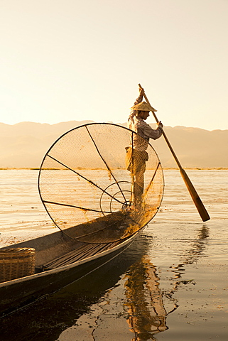 Intha leg rowing fisherman at sunrise, Inle Lake, Nyaung Shwe, Nyaungshwe (Nyaungshwe), Shan State, Myanmar (Burma), Asia - 1170-151