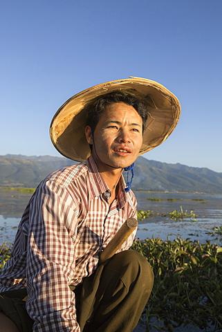 Intha leg rowing fisherman at sunrise, Inle Lake, Nyaung Shwe (Nyaungshwe), Shan State, Myanmar (Burma), Asia - 1170-152