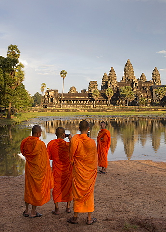 Buddhist monks taking photographs on their phone of other Buddhist monks, Angkor Wat, UNESCO World Heritage Site, Siem Reap, Cambodia, Indochina, Southeast Asia, Asia - 1170-183