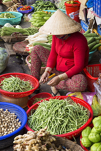 Woman wearing conical rice hat selling fresh fruit and vegetables at market, Can Tho, Mekong Delta, Vietnam, Indochina, Southeast Asia, Asia
