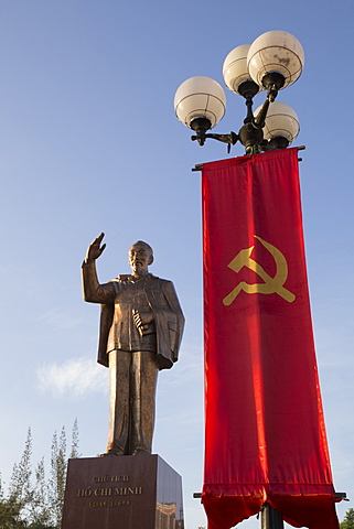 Monument, statue of Ho Chi Minh with hammer and sickle and Communist flag, Can Tho, Mekong Delta, Vietnam, Indochina, Southeast Asia, Asia - 1170-196
