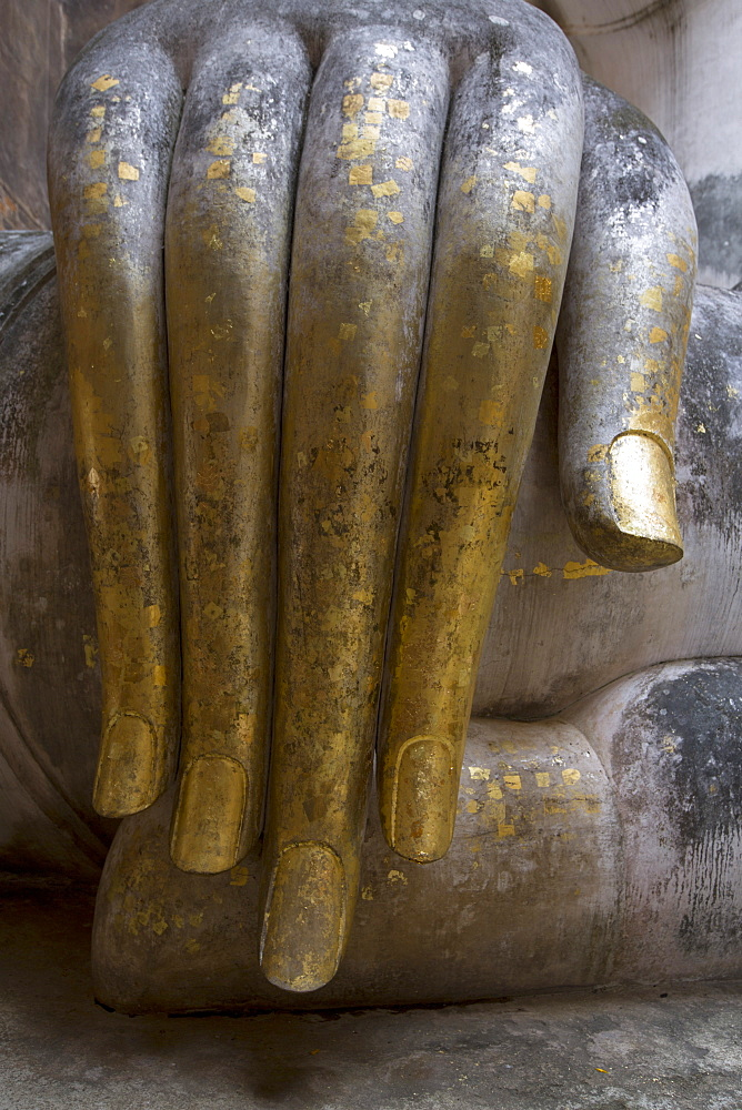 Hand of the Phra Achana Buddha figure, covered in gold leaf, Wat Si Chum (Temple of the Bodhi Tree), Sukhothai Historical Park, UNESCO World Heritage Site, Thailand, Southeast Asia, Asia