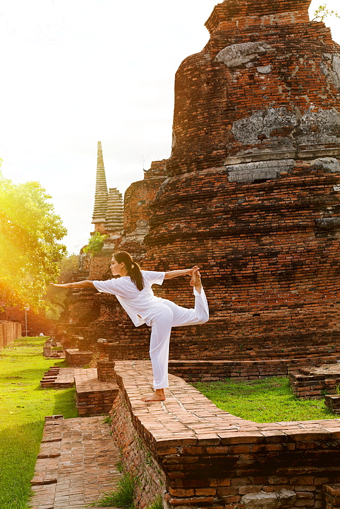 Yoga practitioner at a Thai temple, Thailand, Southeast Asia, Asia