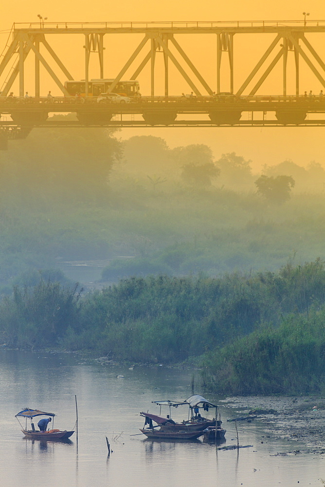 Iron bridge over the Red River in Hanoi, Vietnam, Indochina, Southeast Asia, Asia