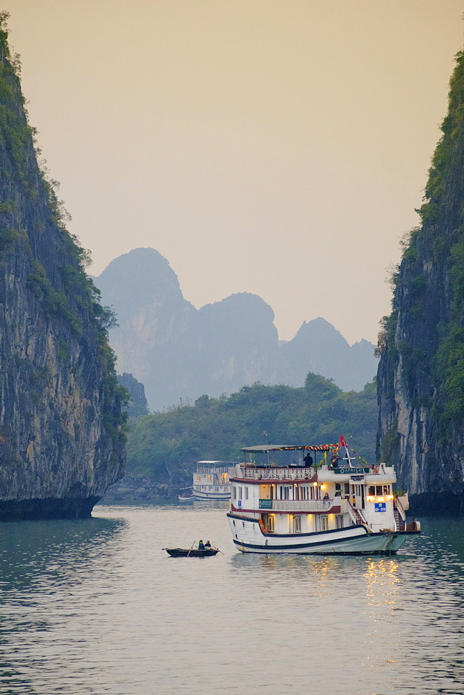 Boats on Halong Bay, UNESCO World Heritage Site, Vietnam, Indochina, Southeast Asia, Asia