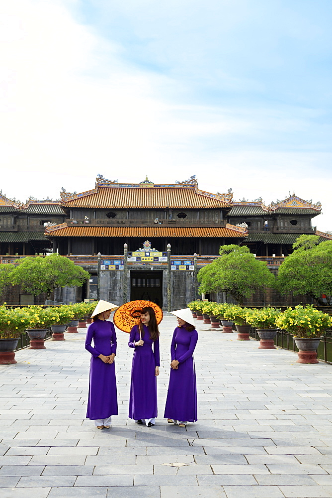Women in traditional Ao Dai dresses with a paper parasol in the Forbidden Purple City of Hue, UNESCO World Heritage Site, Thua Thien Hue, Vietnam, Indochina, Southeast Asia, Asia - 1176-831