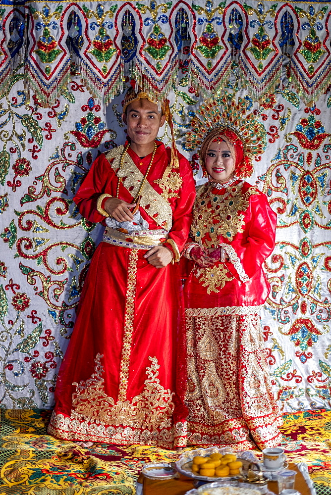 Asia, Indonesia, Sulawesi, Makassar, a bride and groom at a traditional Sulawesi wedding - 1176-982