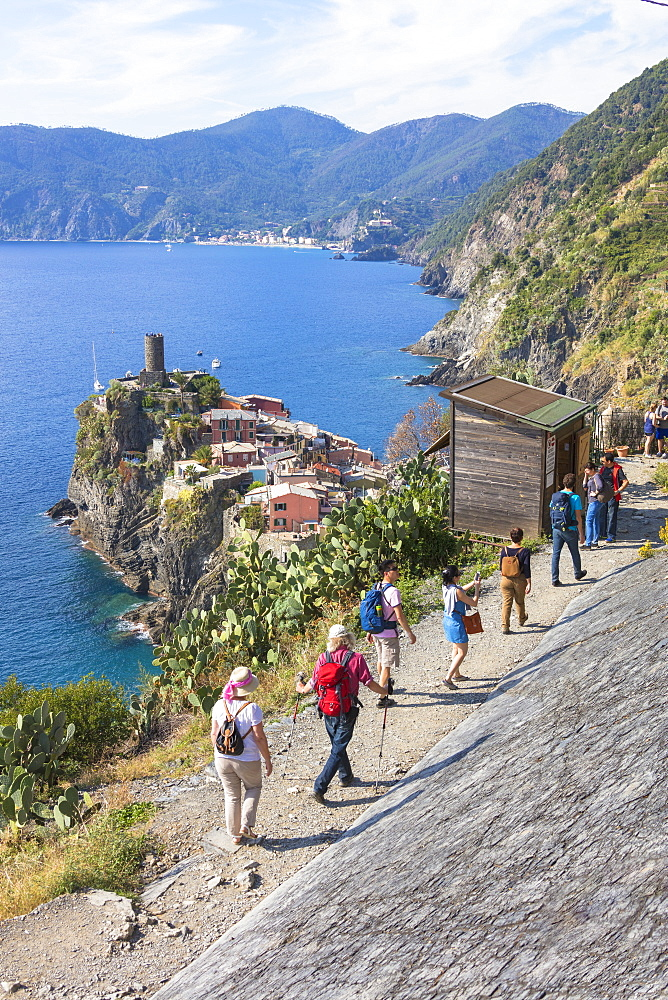 Hikers on path, Vernazza, Cinque Terre, UNESCO World Heritage Site, Province of La Spezia, Liguria, Italy, Europe
