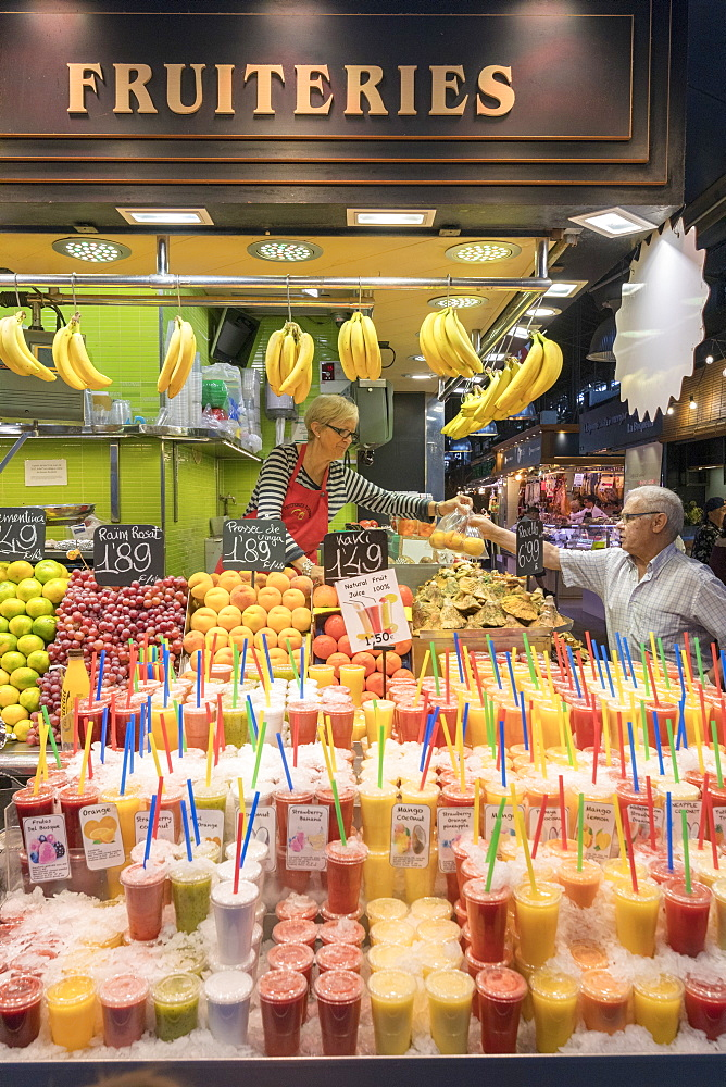 Fresh fruit and juices, La Boqueria Market, Ciudad Vieja, Barcelona, Catalonia, Spain, Europe