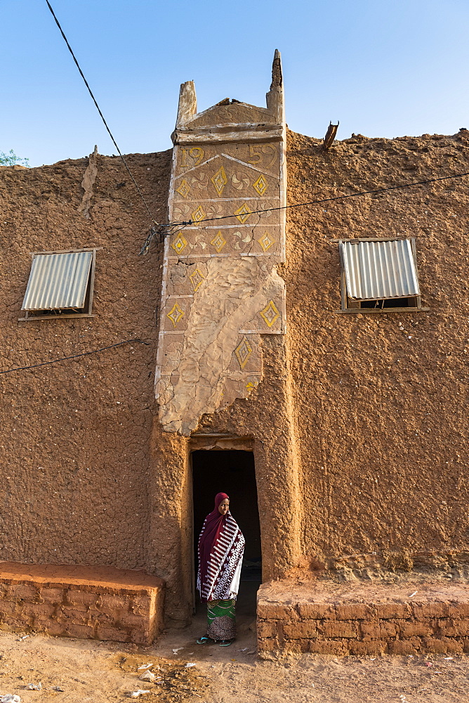 Young girl in front of a traditional house, UNESCO World Heritage Site, Agadez, Niger, West Africa, Africa