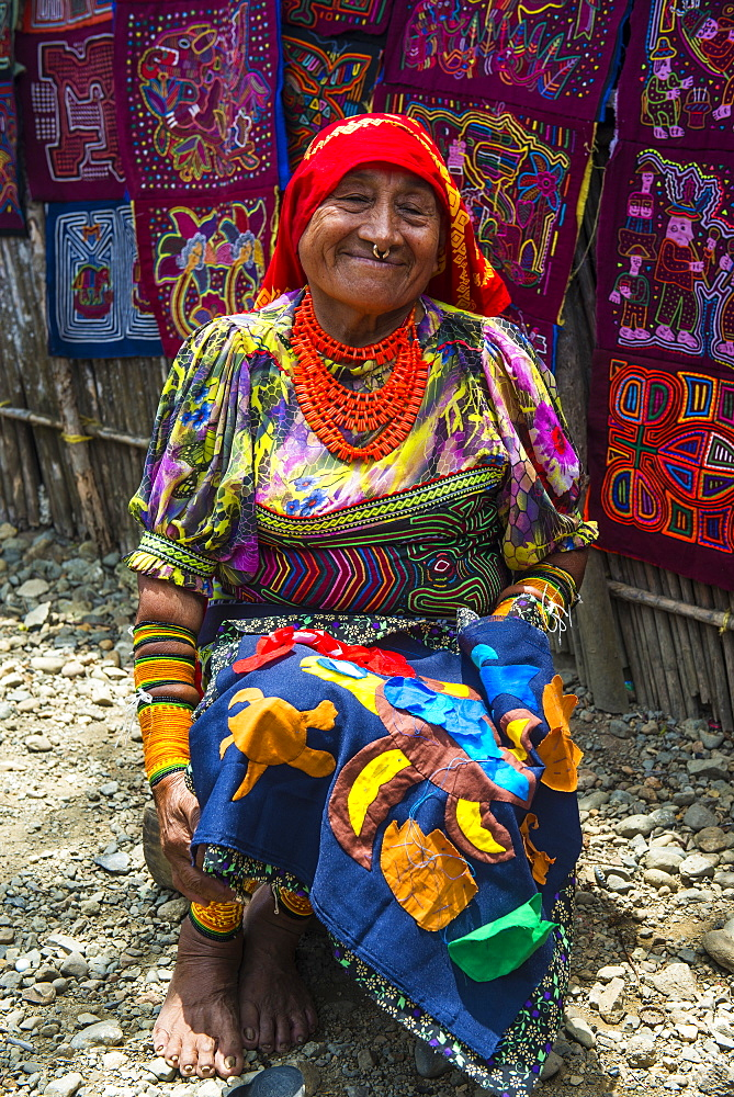 Tradfitional dressed Kuna Indian woman, Achutupu, San Blas Islands, Kuna Yala, Panama, Central America