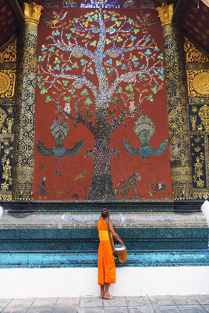 Monk making a blessing after morning alms, at Xieng Thong Monastery, UNESCO World Heritage Site, Luang Prabang, Laos, Indochina, Southeast Asia, Asia - 1186-54