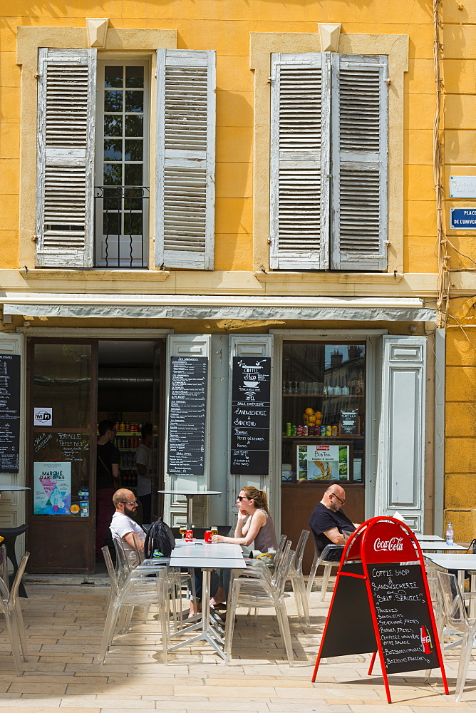 Street scene, Aix en Provence, Bouches du Rhone, Provence, Provence-Alpes-Cote d'Azur, France, Europe