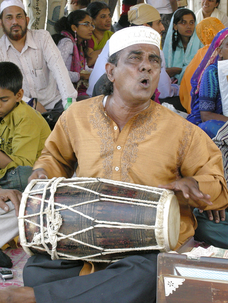 India. Musicians singing devotional songs in the haji ali mosque, mumbai.