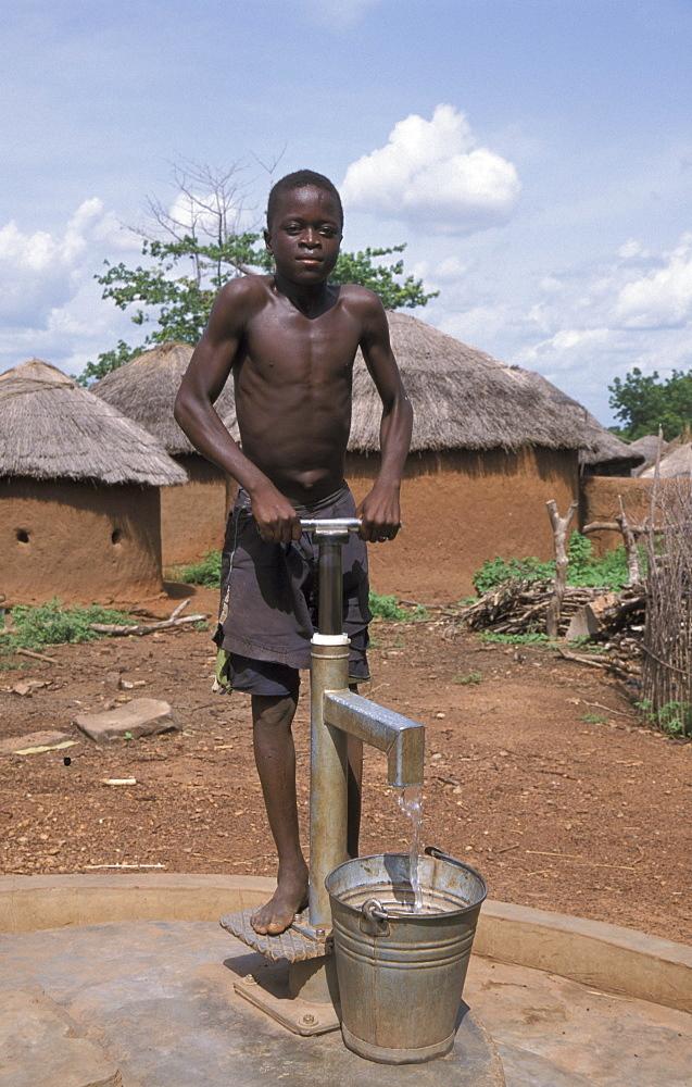 Ghana boy pumping water bolgatanga