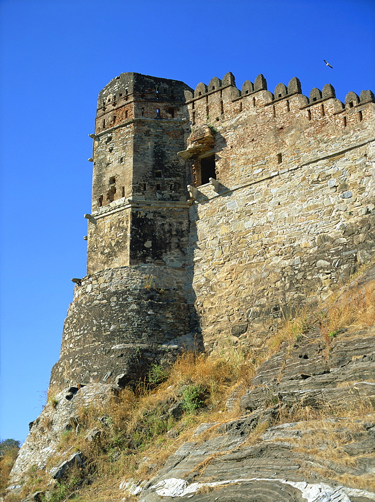 Watchtower and walls guarding approach to Badal Mahal (Cloud Palace), Kumbalgarh Fort, Rajasthan state, India, Asia - 120-3886