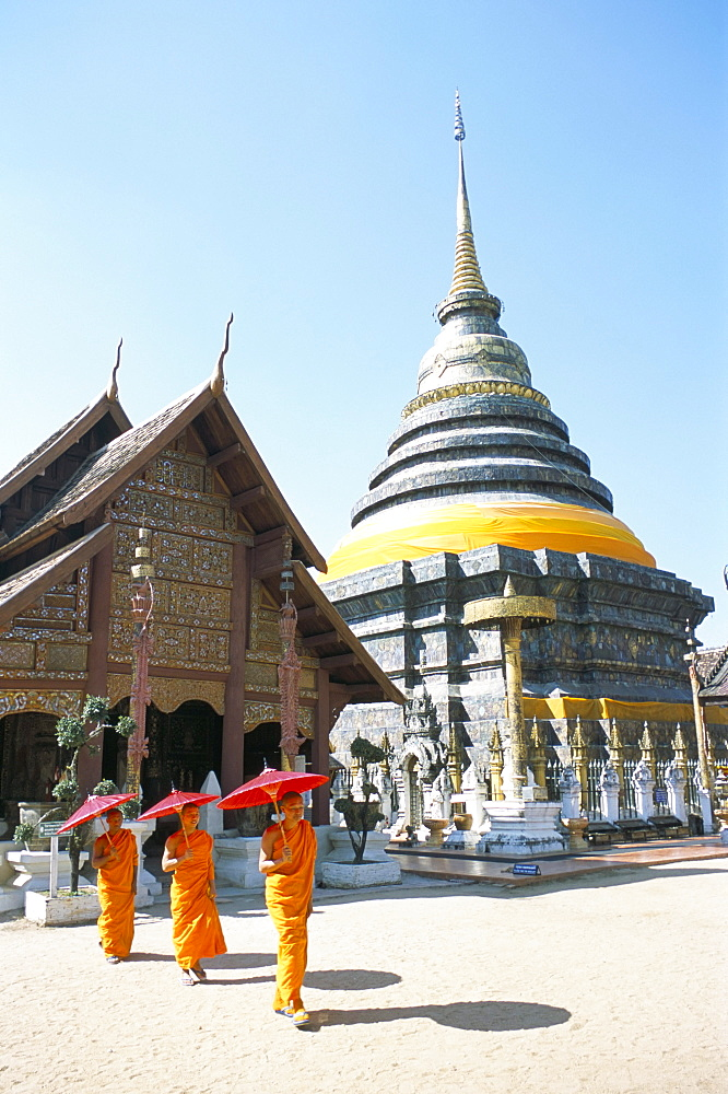Novice monks and Wat Phra That Lampang Luang, a 15th-16th century Buddhist temple complex near Lampang, northern Thailand, Thailand, Southeast Asia, Asia