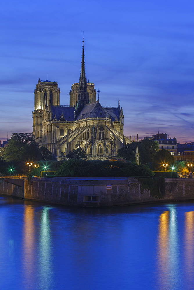 The medieval Notre Dame Cathedral on the Ile de la Cite in early evening light and River Seine, Paris, France, Europe
