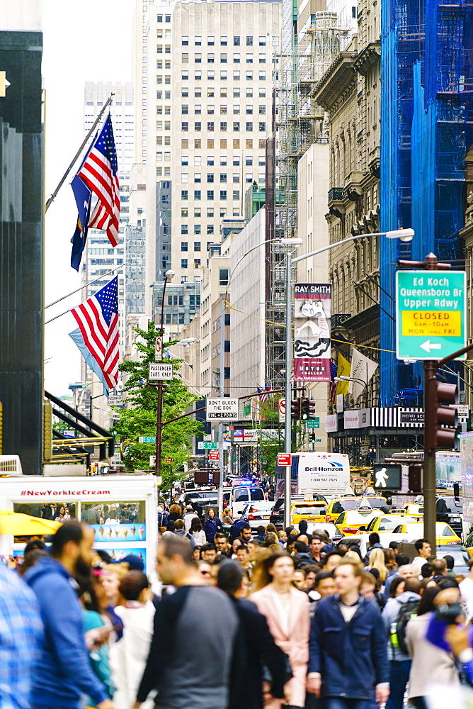 Crowds of shoppers on 5th Avenue, Manhattan, New York Ccity