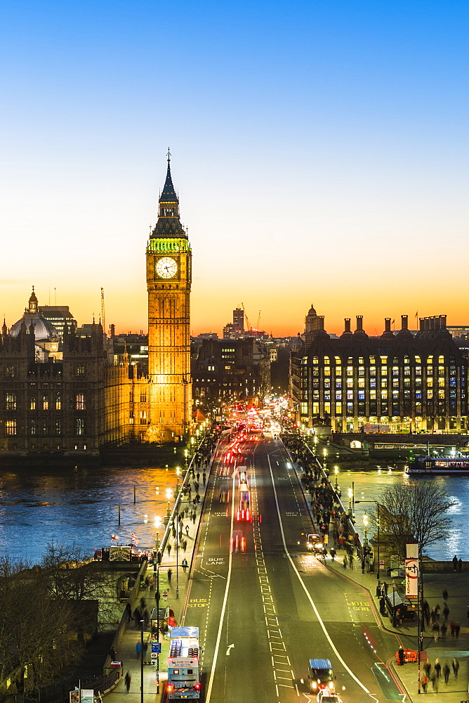 Big Ben (the Elizabeth Tower), and busy traffic on Westminster Bridge at dusk, London, England, United Kingdom, Europe