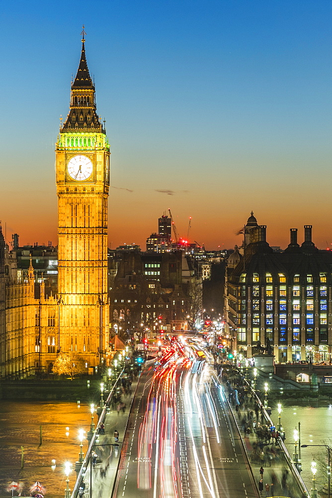 Big Ben (the Elizabeth Tower) and busy traffic on Westminster Bridge at dusk, London, England, United Kingdom, Europe