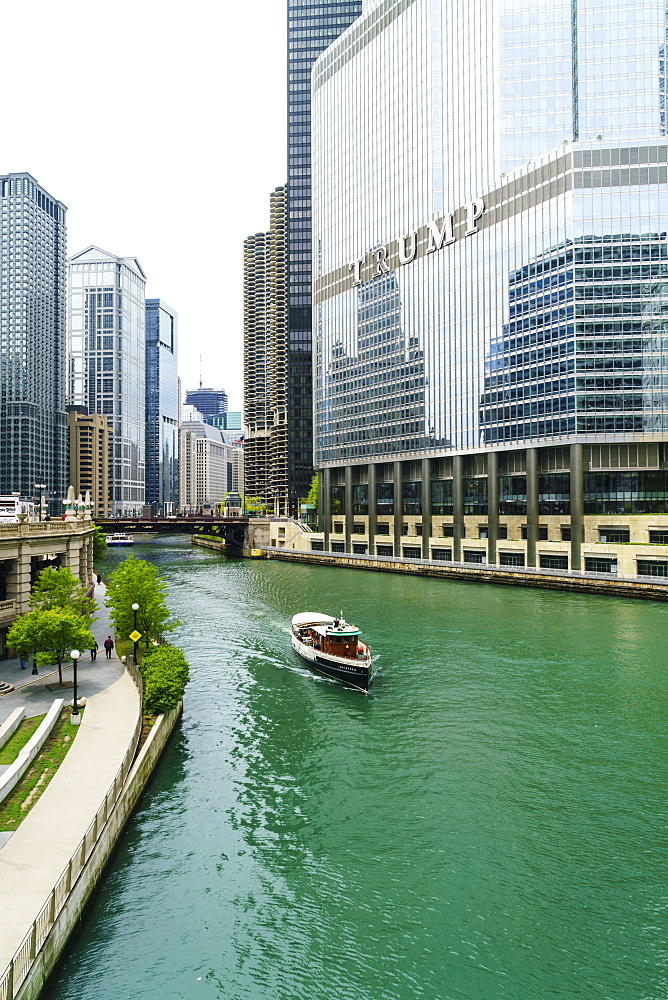 Sightseeing boat on the Chicago River, Chicago, Illinois