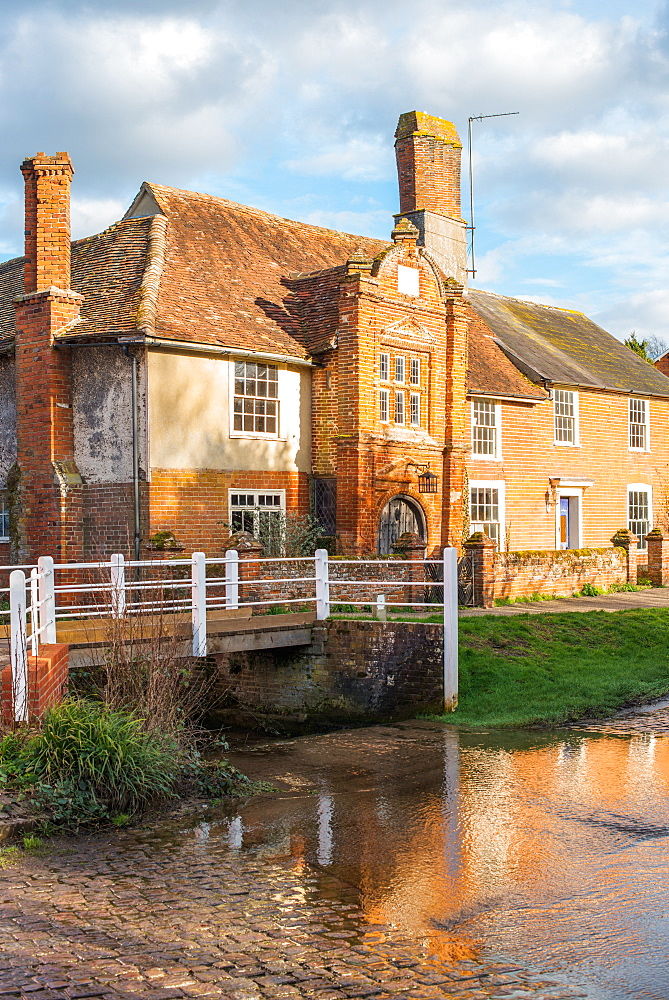 Fifteenth century Ye Olde River House from 1490 reflecting in the ford, in the village of Kersey, Suffolk, England, UK. - 1267-368