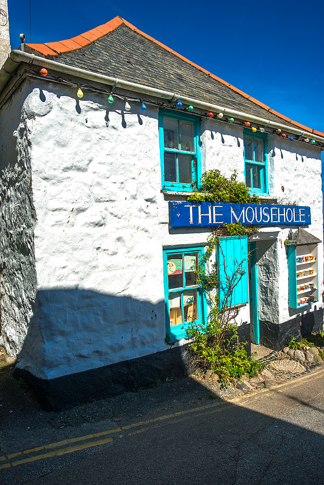 Whitewashed cottage at the picturesque fishing village of Mousehole, Cornwall, England, United Kingdom, Europe - 1267-475