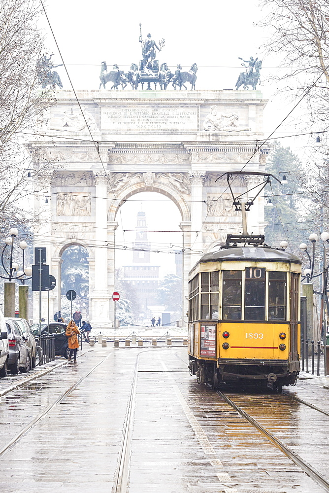 Traditional tram with Arch of Peace in the background, Milan, Lombardy, Northern Italy, Italy, Europe