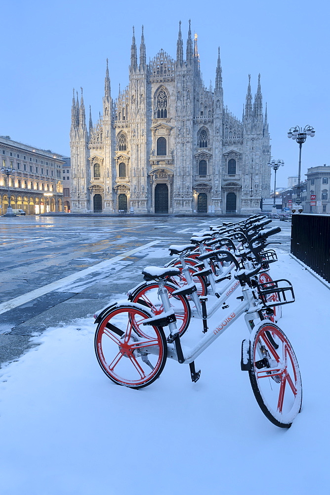 Parked bicycles covered by snow in Piazza Duomo, Milan, Lombardy, Northern Italy, Italy, Europe - 1269-95