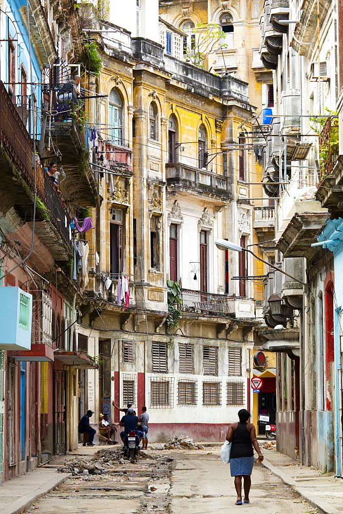 Old buildings and street in Havana, Cuba, West Indies, Caribbean, Central America - 1284-175