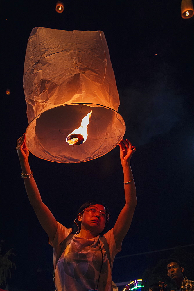 Releasing lanterns, Yee Peng and Loy Krathong Festival, Chiang Mai, Thailand, Southeast Asia, Asia