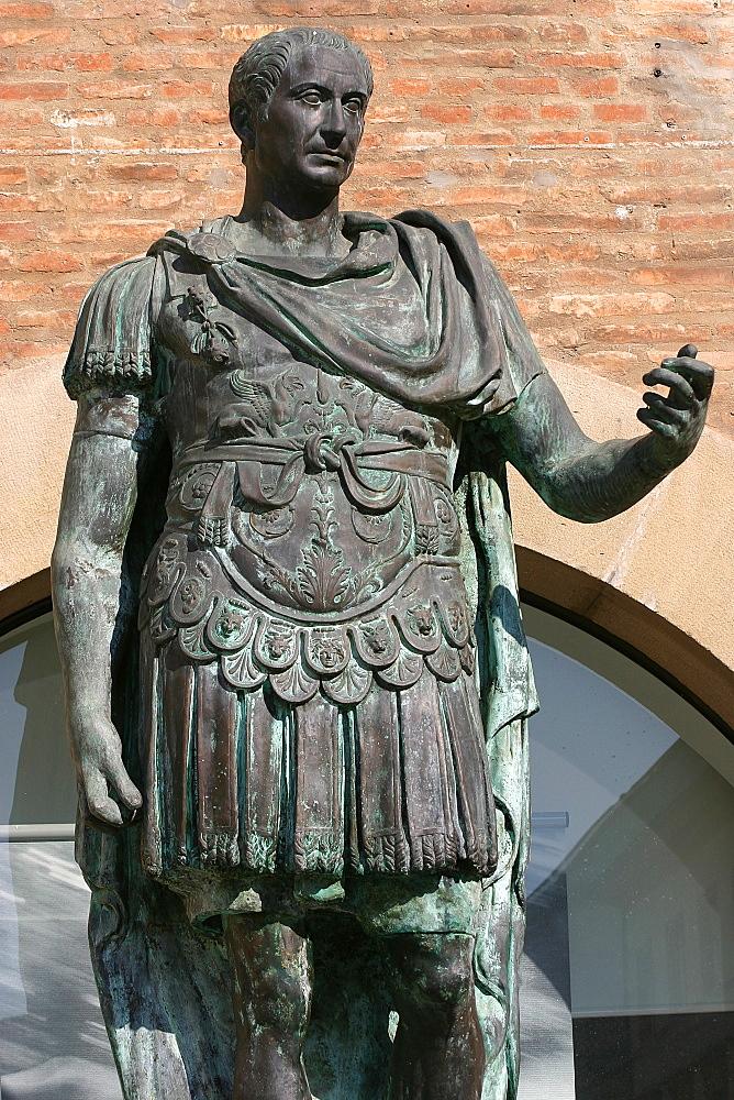 Bronze statue of Julius Caesar, Piazza Tre Martiri, Rimini, Emilia Romagna, Italy, Europe