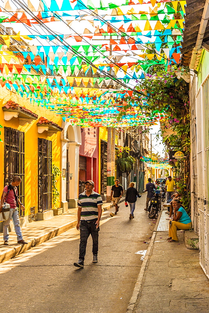 A typically colourful street scene in Getsemani in Cartagena, Colombia, South America. - 1297-168