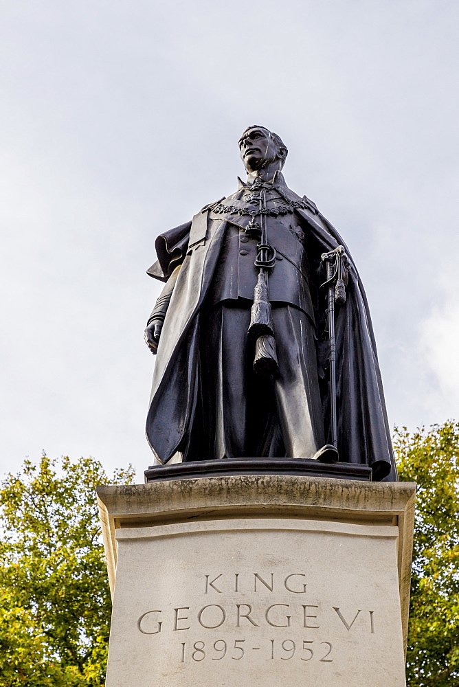 The King George VI memorial statue in The Mall, London, England, United Kingdom, Europe