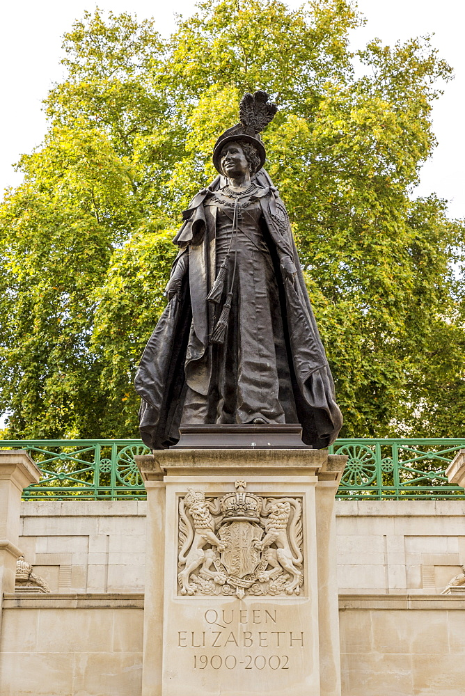The Queen Mother (Queen Elizabeth) memorial statue in The Mall, London, England, United Kingdom, Europe