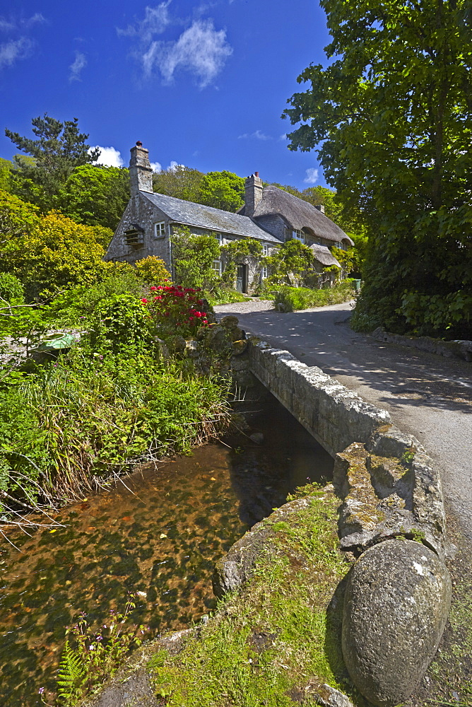 A thatched Cornish cottage on the road to Penberth Cove, Cornwall, England, United Kingdom, Europe - 1298-50