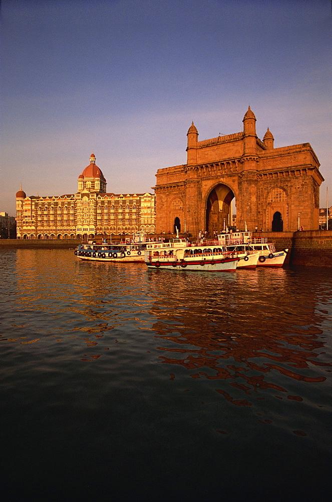 Gateway to India and Taj Hotel, Mumbai, India, Asia - 142-2293