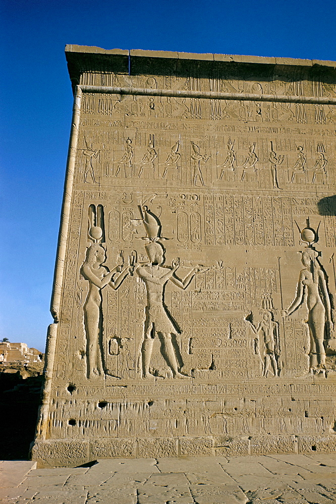 South facade, reliefs of Ptolemy XVI, son of Julius Caesar, with his mother Cleopatra in presence of deities, Late Ptolemaic, Temple of Hathor, Dendera, Egypt, North Africa, Africa