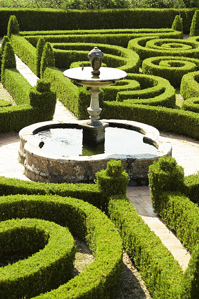 Fountain and box parterre, laid out in 16th century, Quinta da Bacalhoa, Palmela, Portugal, Europe
