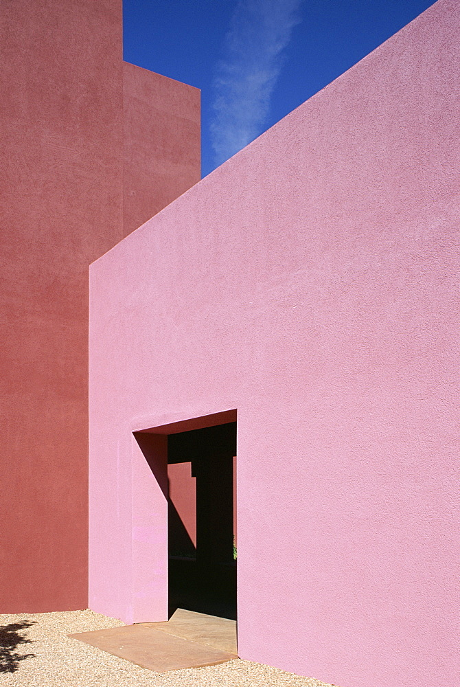 The College of Santa Fe Visual Arts Center, pink wall of the Thaw Art History Center, the work of Mexican architect Ricardo Legorreta, Santa Fe, New Mexico, United States of America (U.S.A.), North America