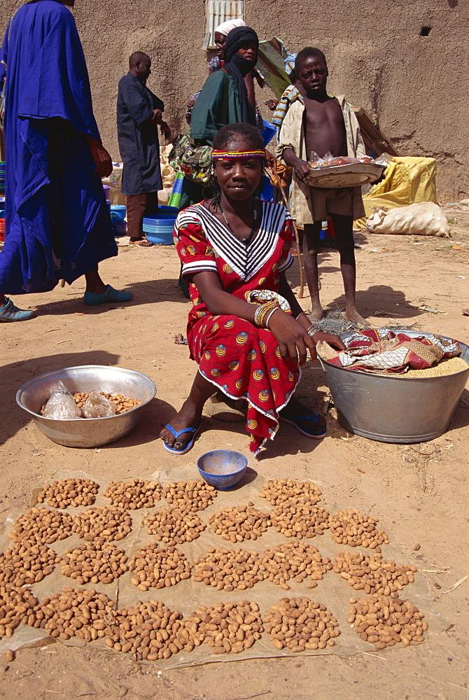 Girl selling peanuts, Sofara, Mali, West Africa, Africa - 225-3070