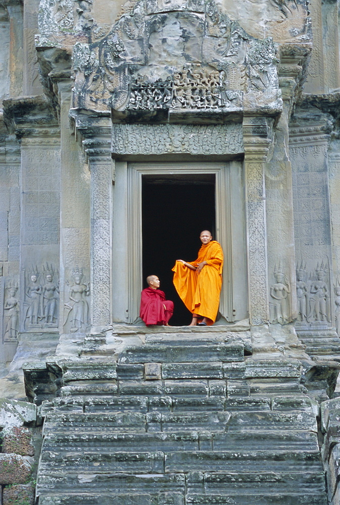 Buddhist monks at Angkor Wat, Angkor, UNESCO World Heritage Site, Siem Reap, Cambodia, Indochina, Asia - 252-10083
