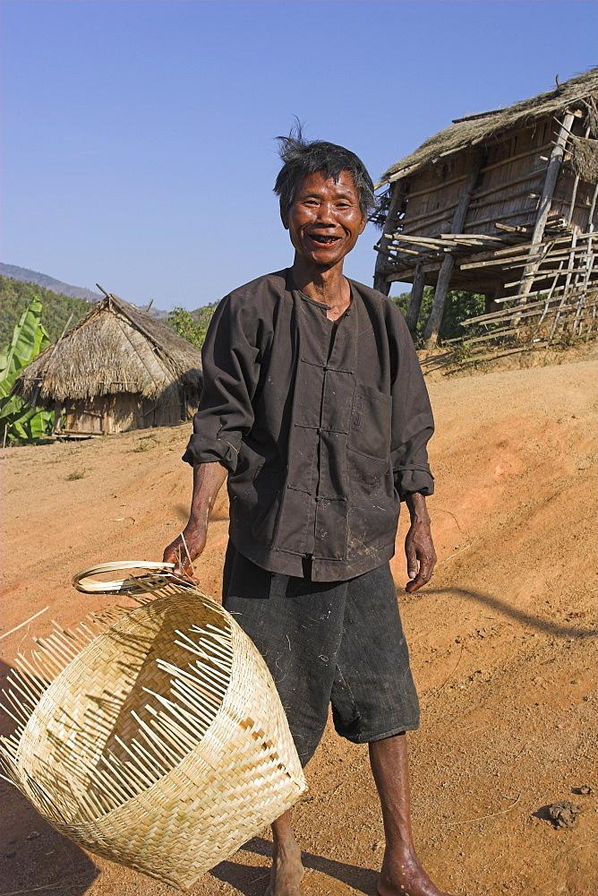 Ann man carrying cane basket he is making, Ann Village, Kengtung (Kyaing Tong), Shan state, Myanmar (Burma), Asia