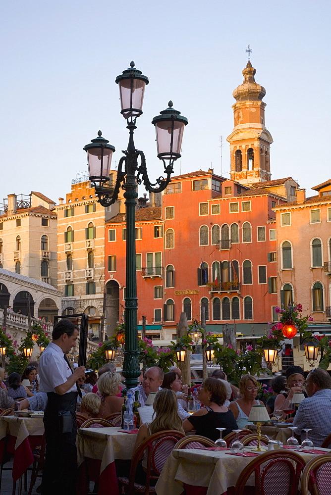 Alfresco dining near the Ponte di Rialto, San Polo district, Venice, Veneto, Italy, Europe
