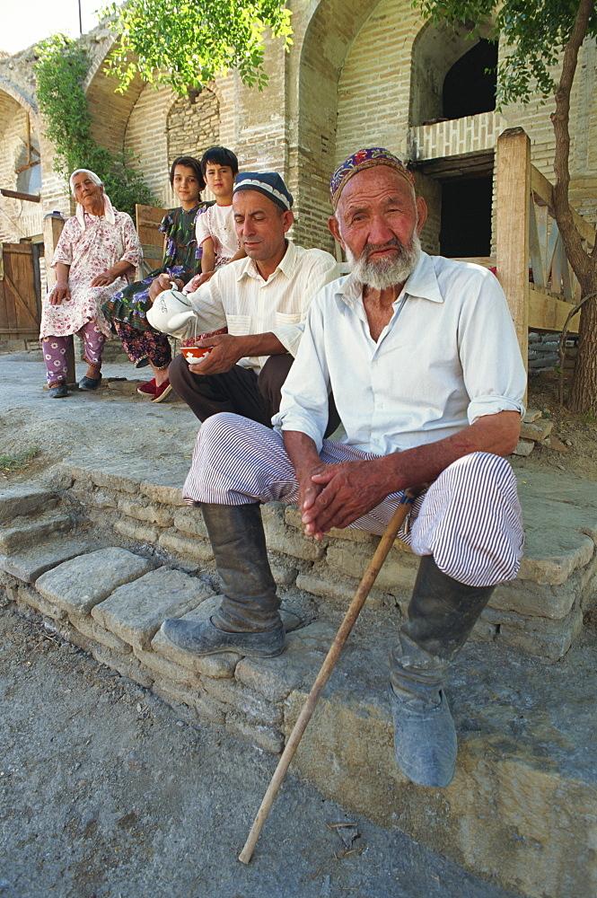 Old Uzbek caretaker and family, Chor Bakr, near Bukhara, Uzbekistan, Central Asia, Asia