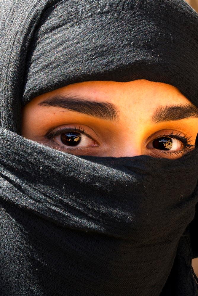Young veiled Iranian woman, Kashan, Iran