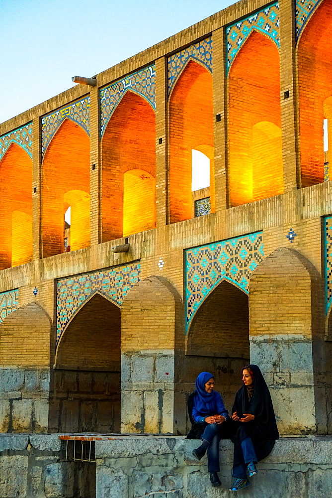 Khajo Bridge built by Shah Abbas in around 1650, now a favourite place for young people to meet, Isfahan, Iran, Middle East