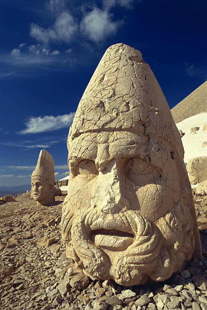 Statue head portraying Zeus, and Antiochos in background, on the west terrace at Nemrut Dag, UNESCO World Heritage Site, Anatolia, Turkey, Asia Minor, Eurasia