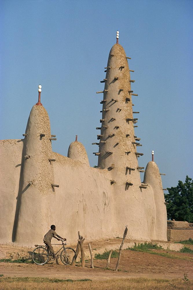 Mud built minaret and mosque, Koupela, Burkina Faso, Africa